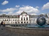 Pałac Prezydencki w Bratysławie oraz fontanna o kształcie kuli ziemskiej
