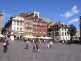 Plac Zamkowy w Warszawie, w tle kamiennice warszawskiej Starówki