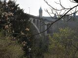 Most Adolfa w Luksemurgu, w tle wieża Narodowego Banku Luksemburgu