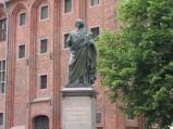 Pomnik Mikołaja Kopernika, na tle Ratusza