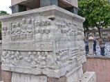 Obelisk Totmesa III, rzeźby na podstwie
