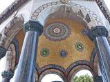 Niemiecka Fontanna zdobienia, wnętrze kopuły pokryte jest złotymi mozaikami