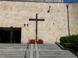 Krzyż przy wejściu do kościół