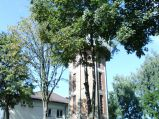 Wieża ciśnień, za drzewami