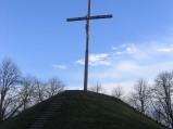 Krzyż na kopcu usypanym na Wysokiej Górce w Chełmie