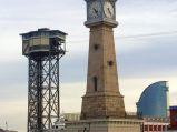 Zegar na wieży w porcie w Barcelonie