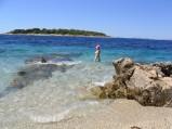 Plaża w Primosten, w tle wysepka