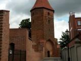 Fragment murów obronnych w Lęborku, w tle baszta