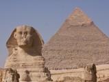 Sfinks w Gizie na tle piramidy Chefrena