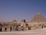 Sfinks w Gizie na tle piramidy Chefrena oraz Mykerinosa, oraz Sfinks