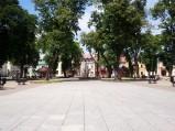 Rynek, w tle pomnik w Krasnymstawie