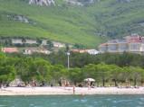 Plaża w Promajnie, na tle pasma gór Biokovo