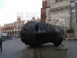 Rzeźba Mitoraja, żelazna maska w Krakowie
