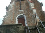 Przejście przez mur do kościoła w Starzynie