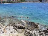 Skałki i woda w Primosten