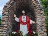 Figura Chrystusa przy kościele w Świerżach