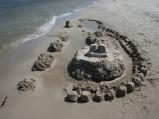 Zamek z piasku na plaży w Ostrowie