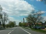 W dali kościół w Domaniewicach