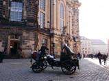 Zabytkowy pojazd na Nowym Rynku w Dreźnie