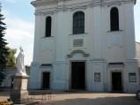 Figurka przed kościołem Niepokalanego Poczęcia NMP w Górze Kalwarii