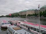Statki wycieczkowe na jeziorze Binnenalster w Haburgu