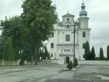 Krzyż przed kościół św. Apostołów Piotra i Andrzeja w Jedlińsku