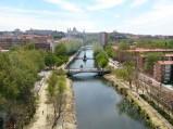 Widok z kolejki, na Most Królowej Victorii w Madrycie