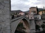 W tle Muzeum Starego Mostu w Mostarze