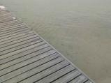 Czysta woda na plaży głównej Jezioro Białe w Okunince