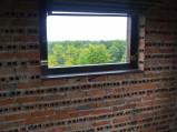 Okno na tarasie widokowym wieży w Orchówku