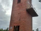 Ruiny wieży buczka przeciwmgłowego przy plaży w Osetniku