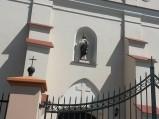 Figurka Chrystusa nad drzwiami kościoła w Piątku