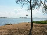 Dzika plaża przy Bulwarze Nadnarwiański w Serocku