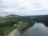 Widok na budynki pomocnicze elektrowni wodnej przy zaporze, Solina