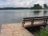 Ławeczka na pomoście na Jeziorze Spychowskim w Spychowie