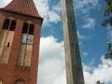 Wieżą kościoła i krzyż przy kościele w Spychowie