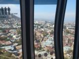 Widok y wagonika kolejki linowwj w Tibilisi