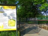 Tablica informacyjna od strony ulicy Szaserów do Parku Polińskiego w Warszawie