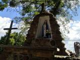 Figurka Matki Bożej przy kościele w Wereszczynie