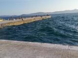 Kamienne molo i potężne fale w Zadarze