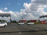 Skrzyżowanie, w tle centrum handlowe Arena Zagreb w Zagrzebiu